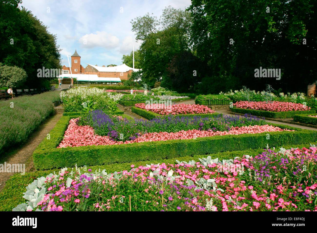 Attirant Dutch Garden, Holland Park, London.