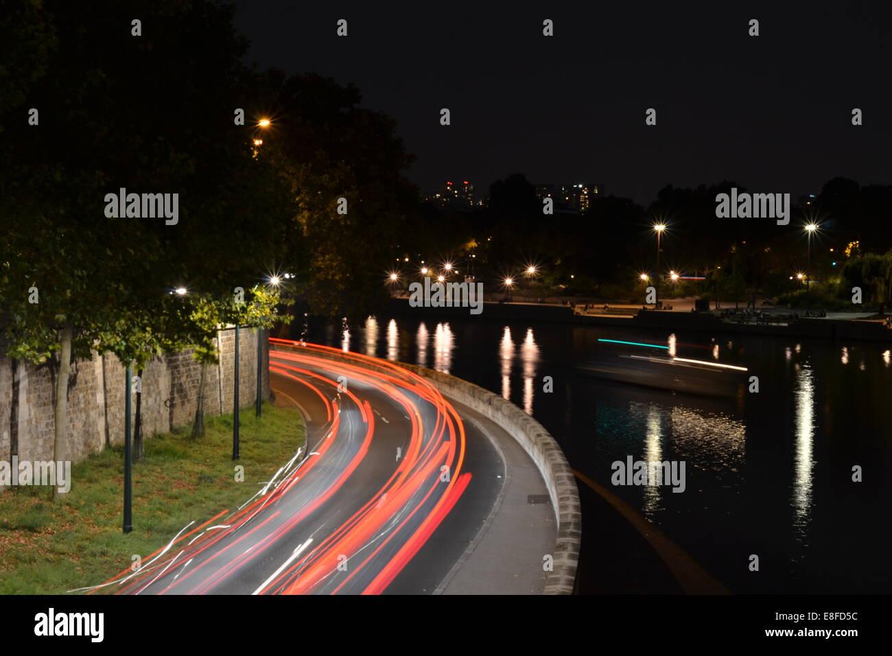 Follow the light. Pris sur le pont de île saint louis.  Traffic moving through paris late at night in the summer - Stock Image