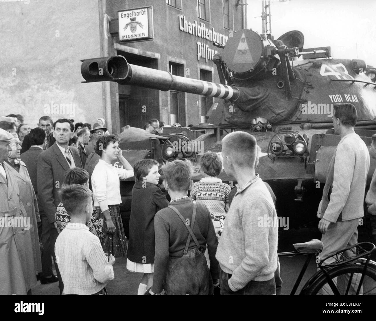 West Berlins standing at a heavy Patton tank of the US Army on 23rd August 1961 at checkpoint Friedrichstraße in the western part of Berlin. From the 13th of August in 1961, the day of the construction of the Wall, until the fall of the Wall on the 9th of November in 1989, the Federal Republic of Germany and the GDR were seperated into West and East by the Iron Curtain. Stock Photo