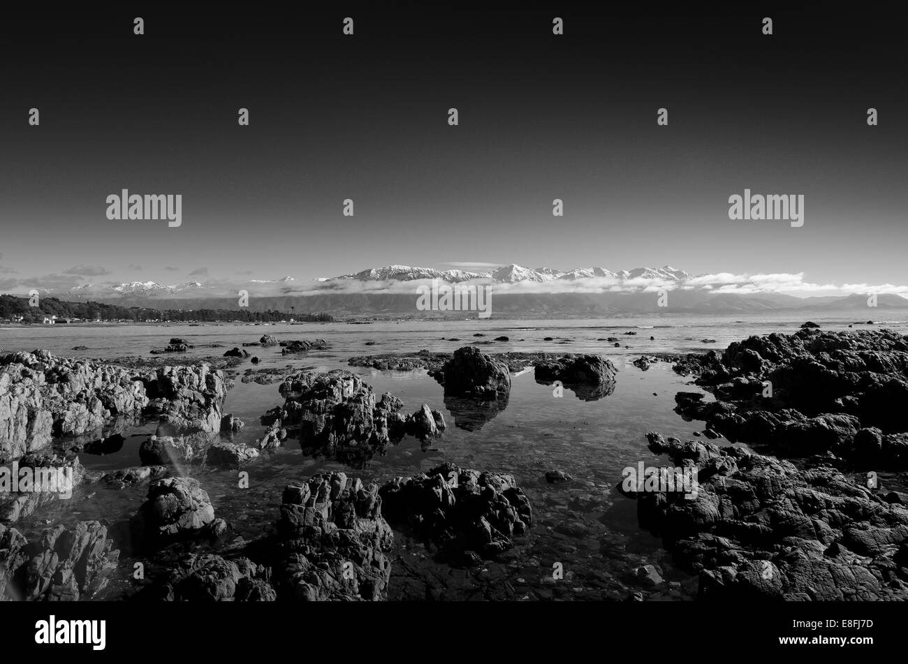 New Zealand, Kaikoura, View of rocky beach and mountains - Stock Image