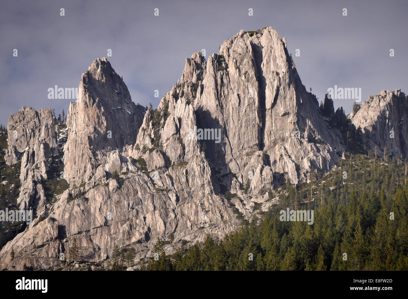 USA, California, Jagged Mountain Peaks of Castle Crags State Park - Stock Image