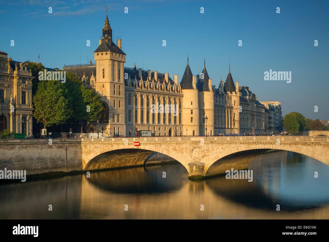Early morning sunlight on the infamous Conciergerie and Pont au Change on Ile-de-la-Cite, Paris, France - Stock Image