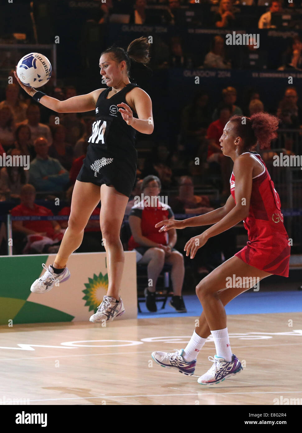 Serena Guthrie (ENG) and Liana Leota (NZL) in action - Semi Final England v New Zealand - Netball - SECC - Glasgow - Stock Image