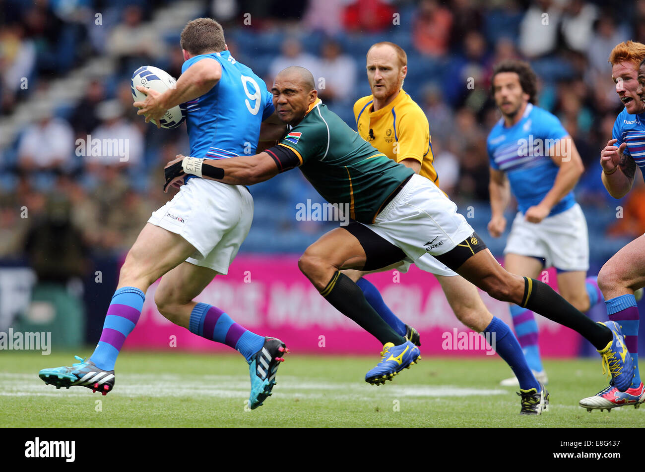 Mark Bennett (SCO) is tackled by Cornal Hendricks (RSA). South Africa v Scotland. - Rugby SevensIbrox stadium - - Stock Image