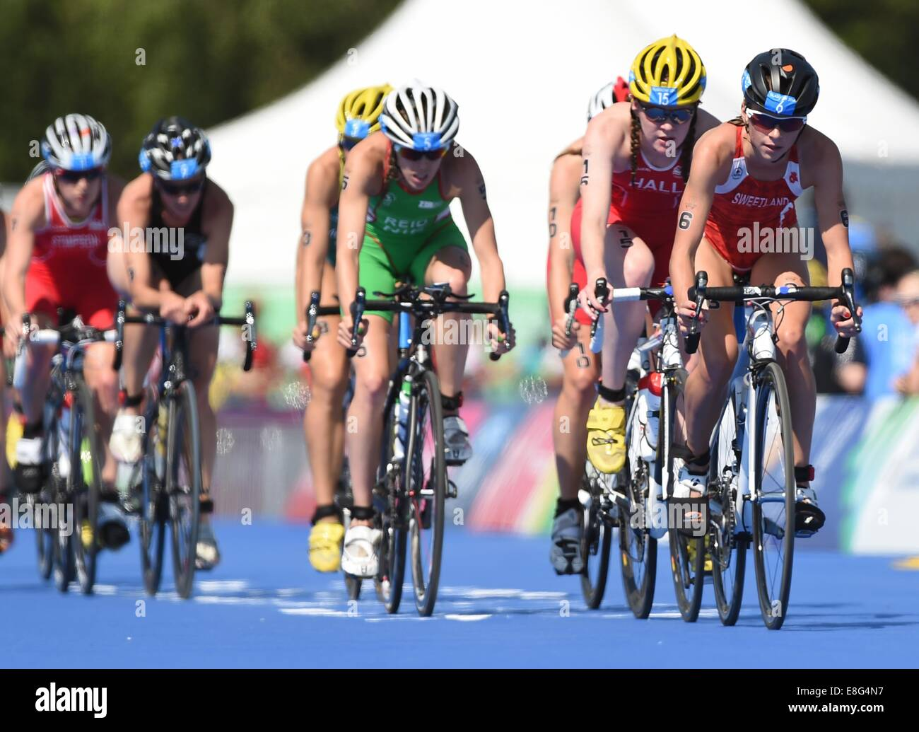 Kirsten Sweetland (CAN ) leads the peleton in the Women's Triathlon. Triathlon. Strathclyde Country Park, Glasgow, - Stock Image