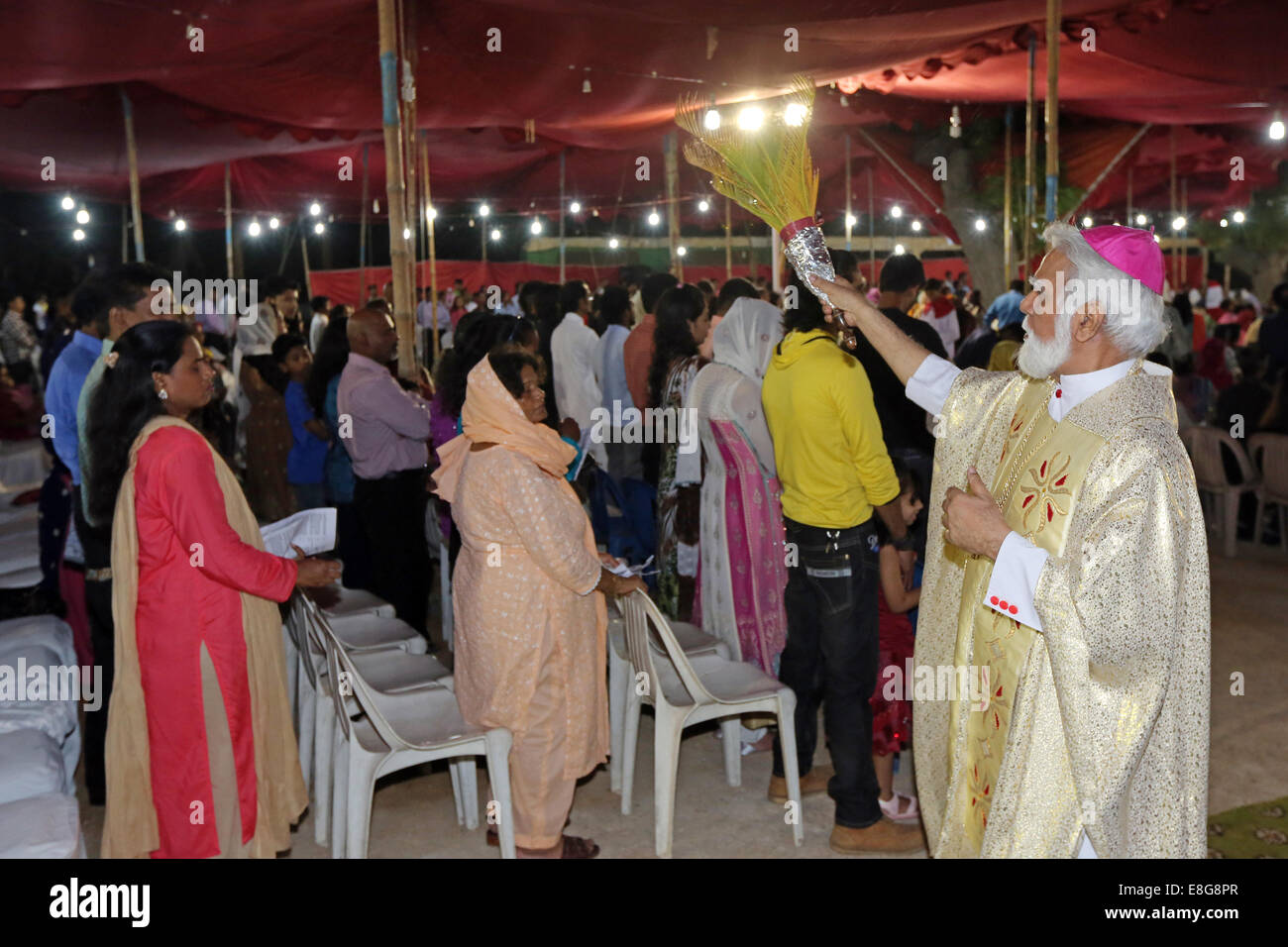 roman catholic Archbishop Joseph COUTTS of Karachi blesses believers during the easter mass outside Saint Patrick´s - Stock Image
