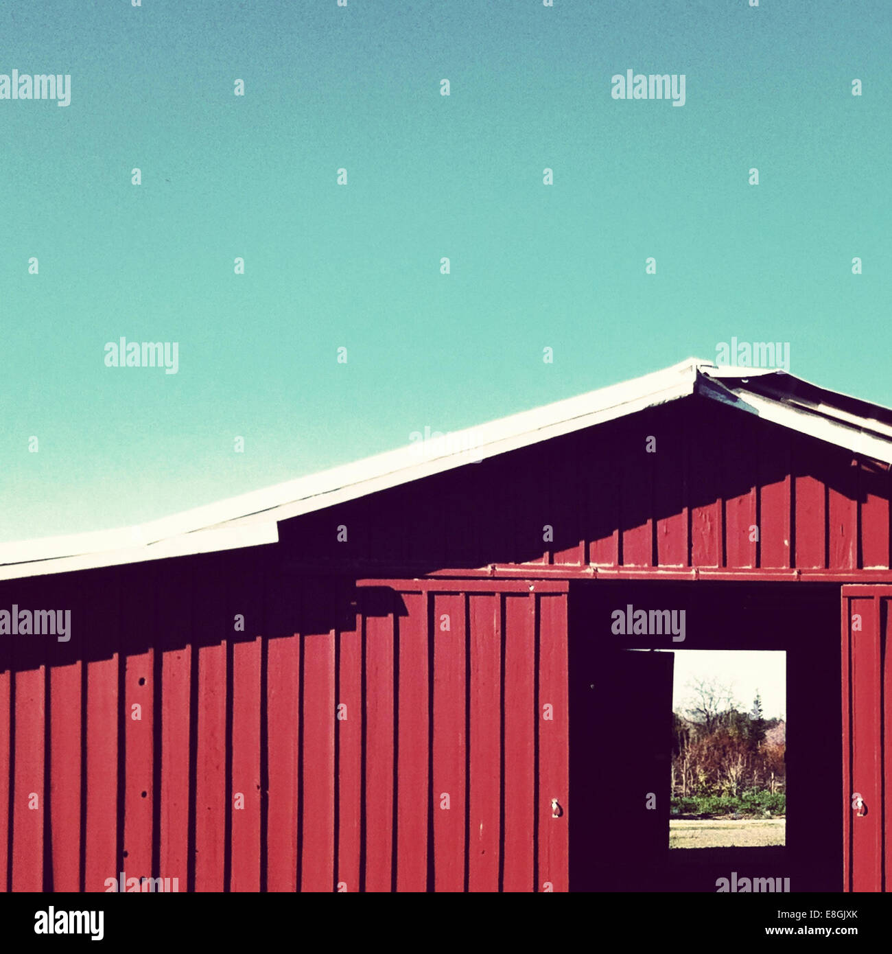 USA, California, Central Valley, Red barn doors - Stock Image