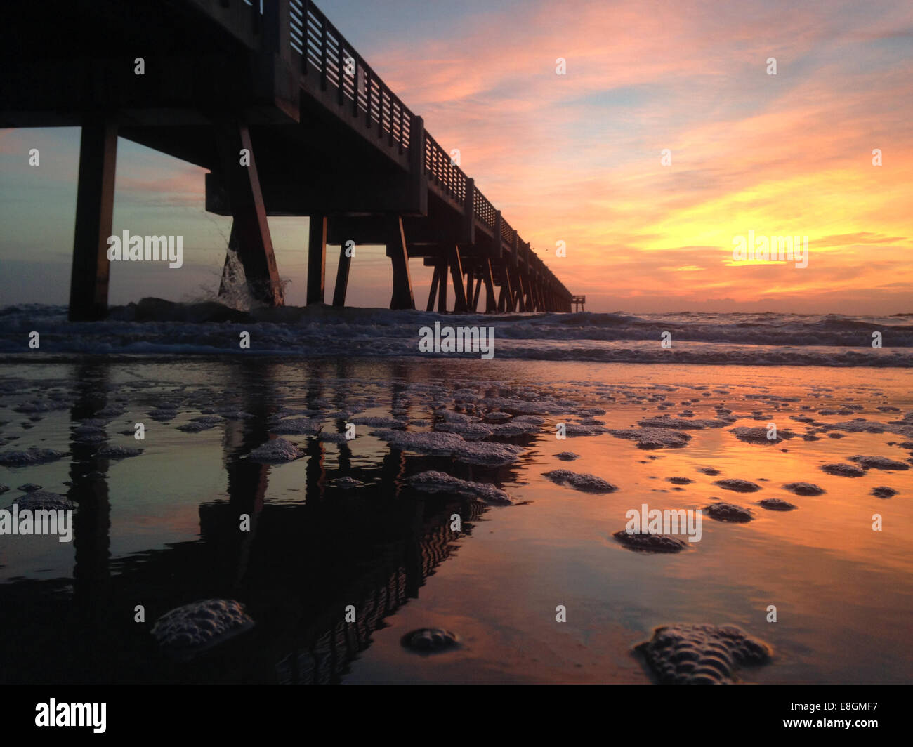 USA, Florida, Jacksonville Beach, Sunrise over pier - Stock Image