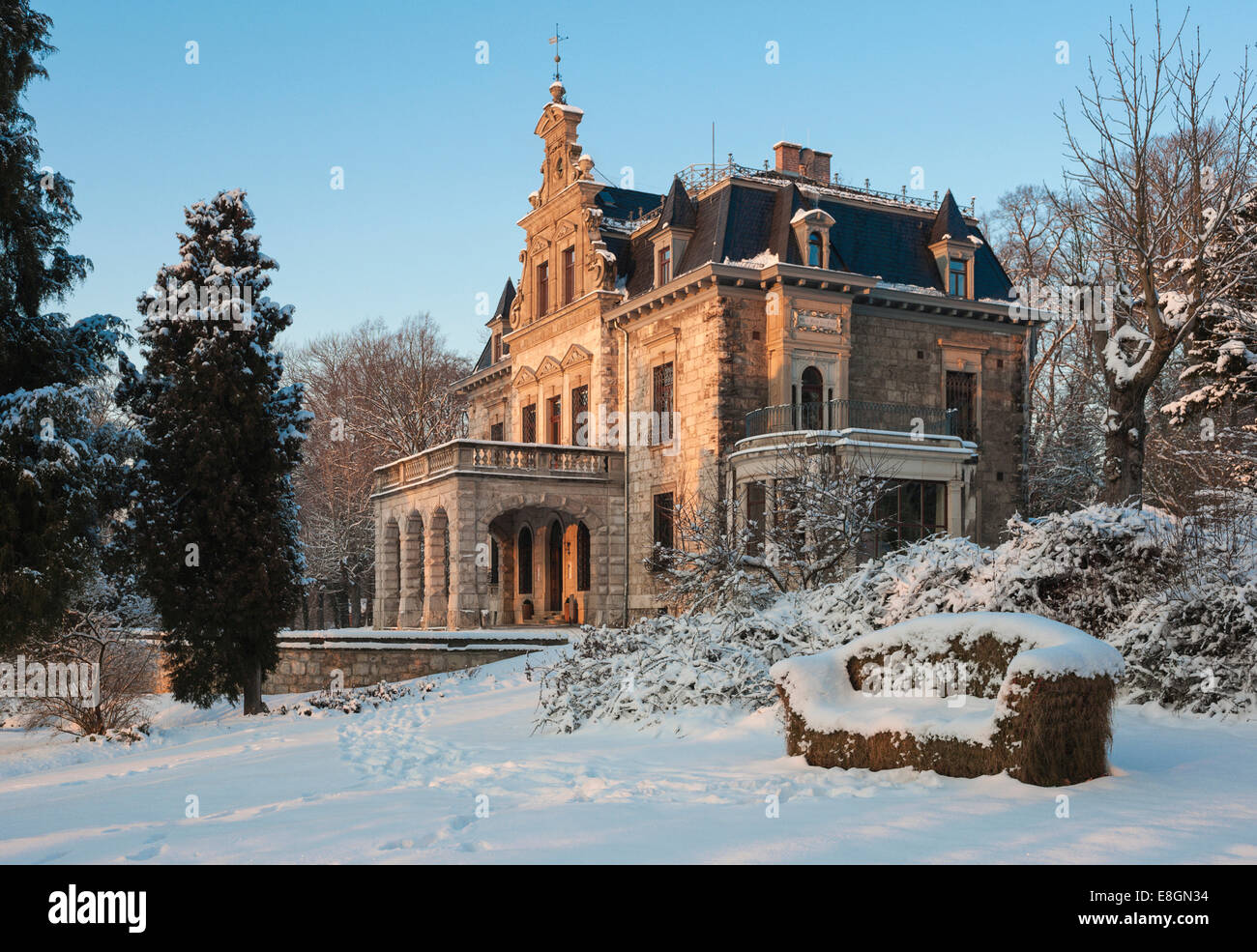 Villa Haar with park in the snow, building in the neo-Renaissance style, 1885, now a meeting and conference venue - Stock Image
