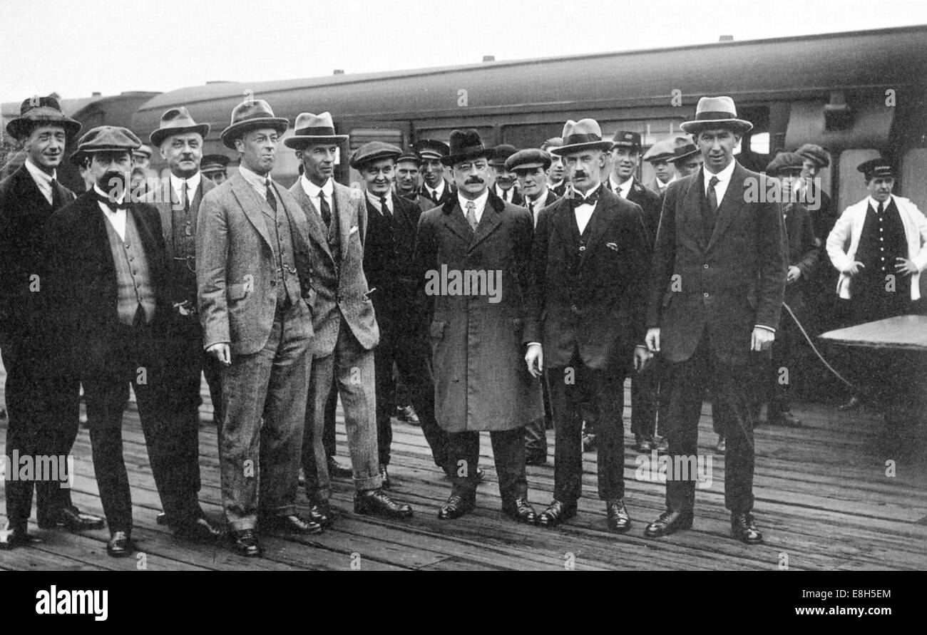 IRISH PEACE DELEGATION arriving at Euston station, London, 8 October 1921 with Arthur Griffith third from right - Stock Image