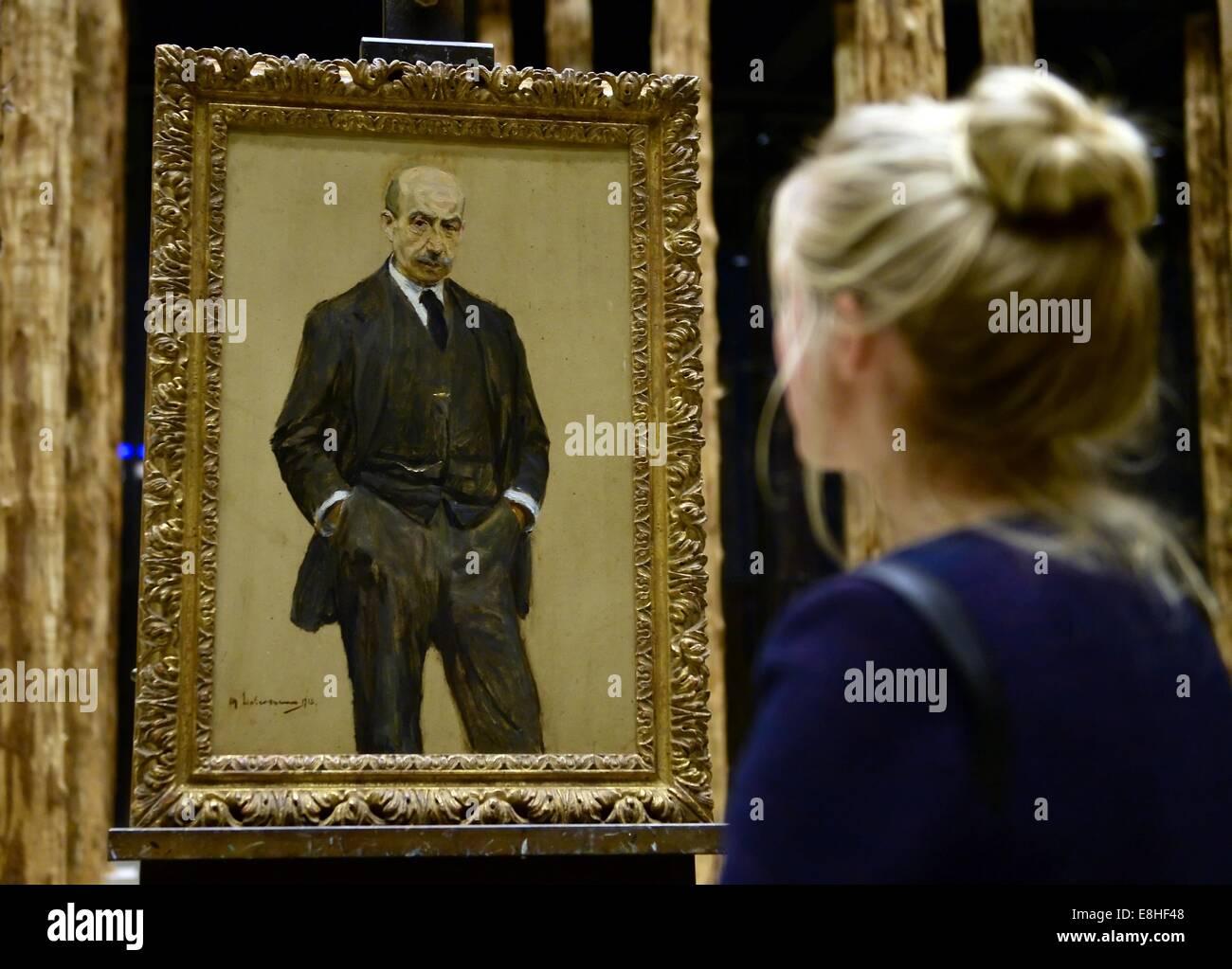 Berlin, Germany. 7th Oct, 2014. A visitor looks at the self portrait 'Stehend in Dreiviertelfigur, beide Haende Stock Photo