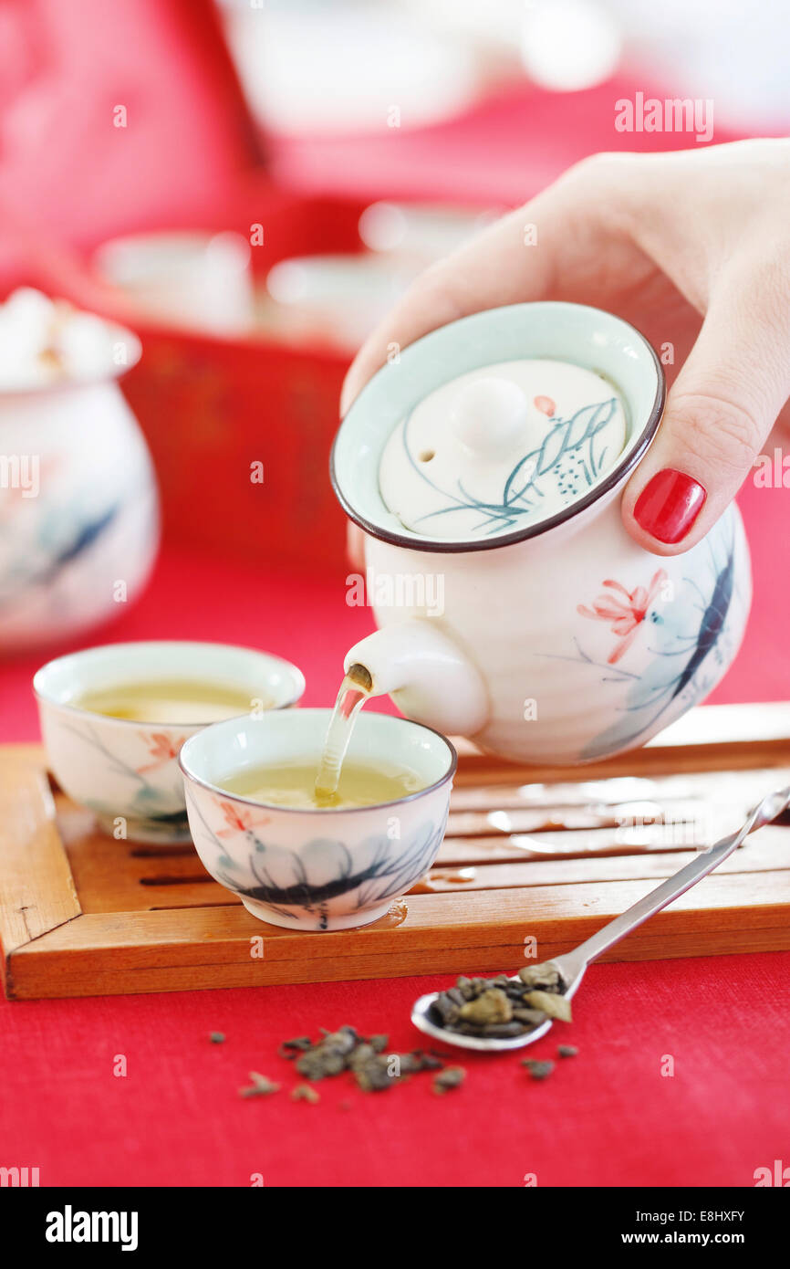 Pouring green tea - Stock Image