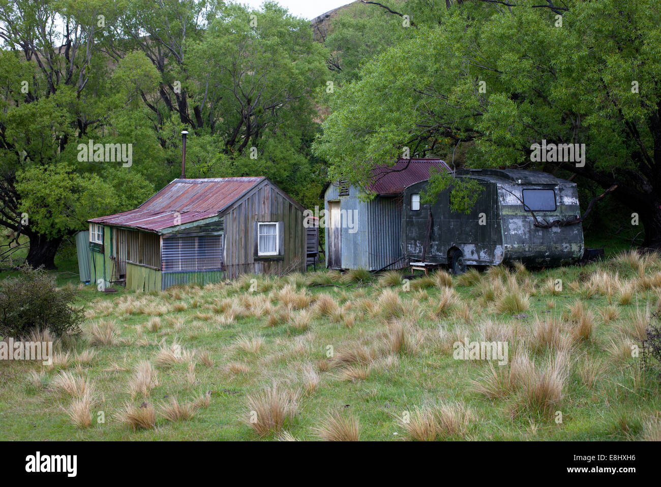A little place in the country - old house, outhouses, long-drop dunny and caravan. Known locally as a Bach or Crib. - Stock Image