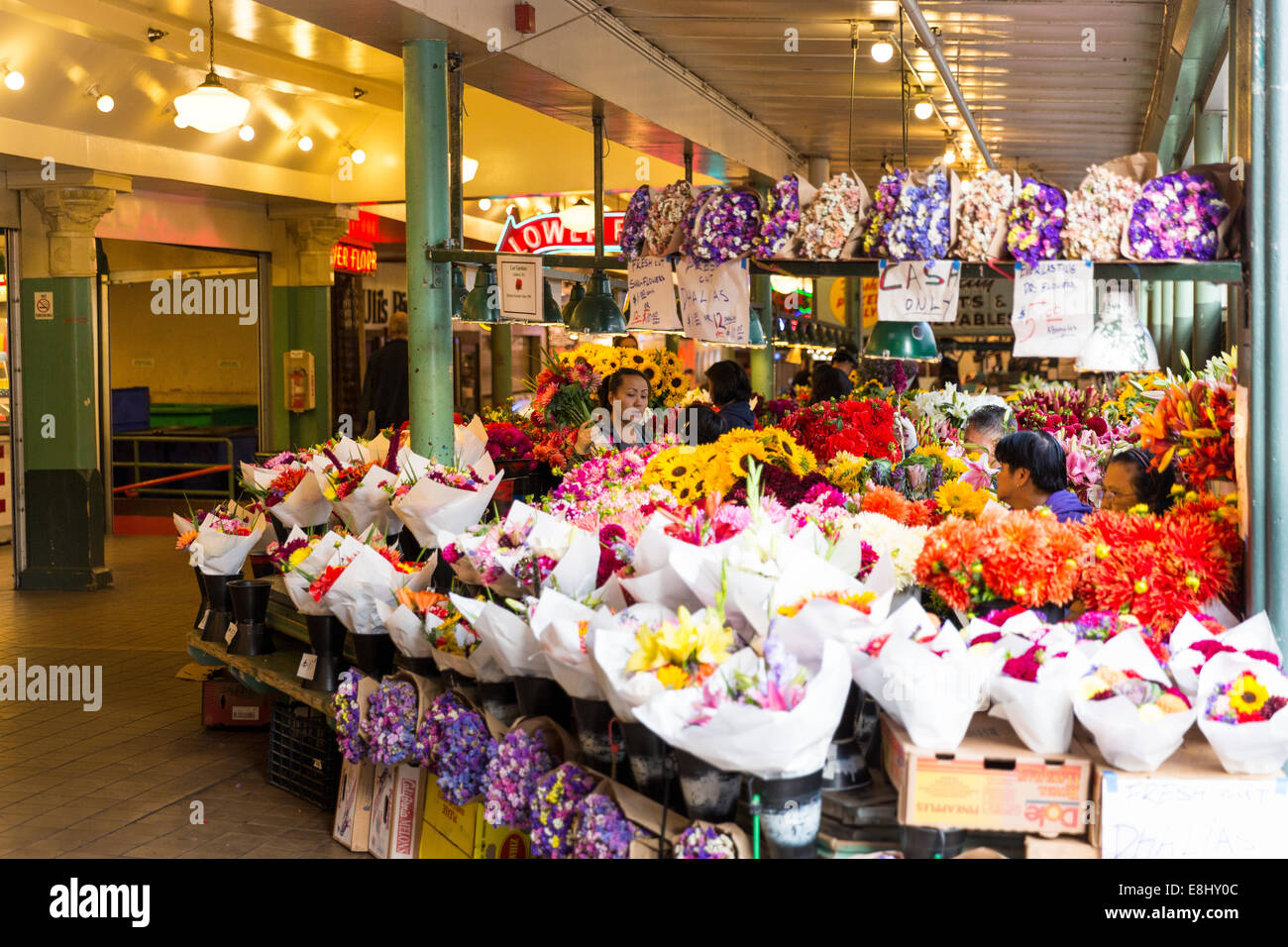 Women at the wild flower stand located in the heart of Seattle's Public Market Center, Seattle, Washington preparing - Stock Image