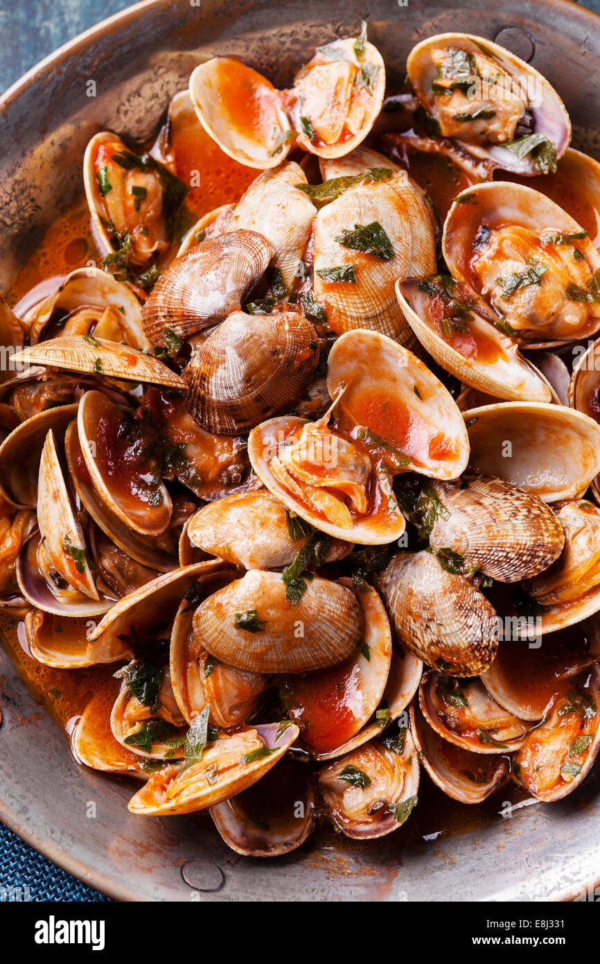 Shells vongole with parsley and tomato sauce close up - Stock Image