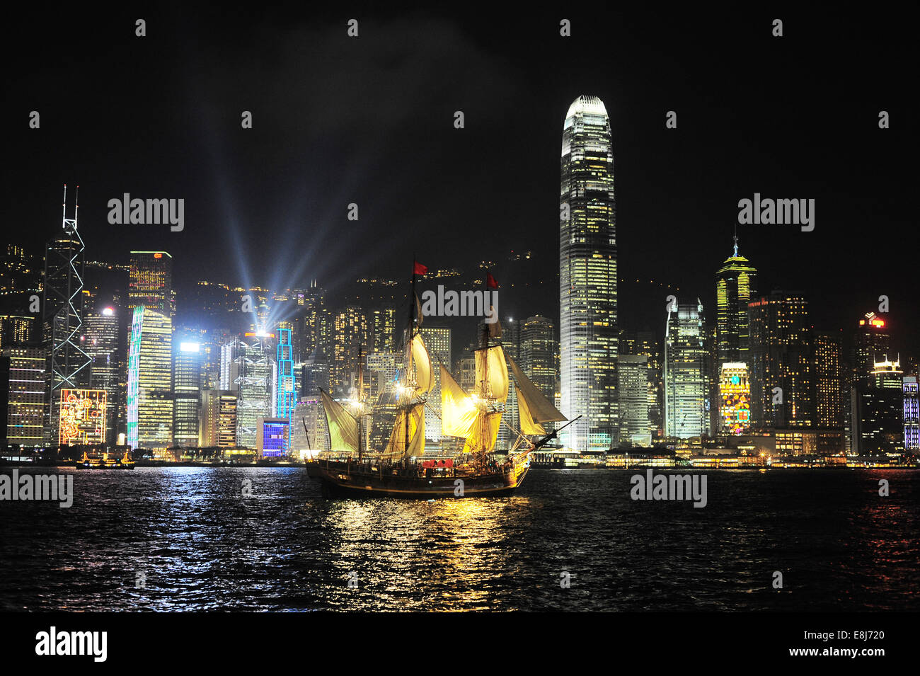 Victoria harbor with famous traditional Chinese junk at night. Hong Kong - Stock Image