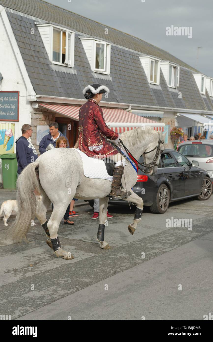A Lusitano  horse with rider in period dress in the opening procession that marks the beginning the Abersoch Jazz - Stock Image