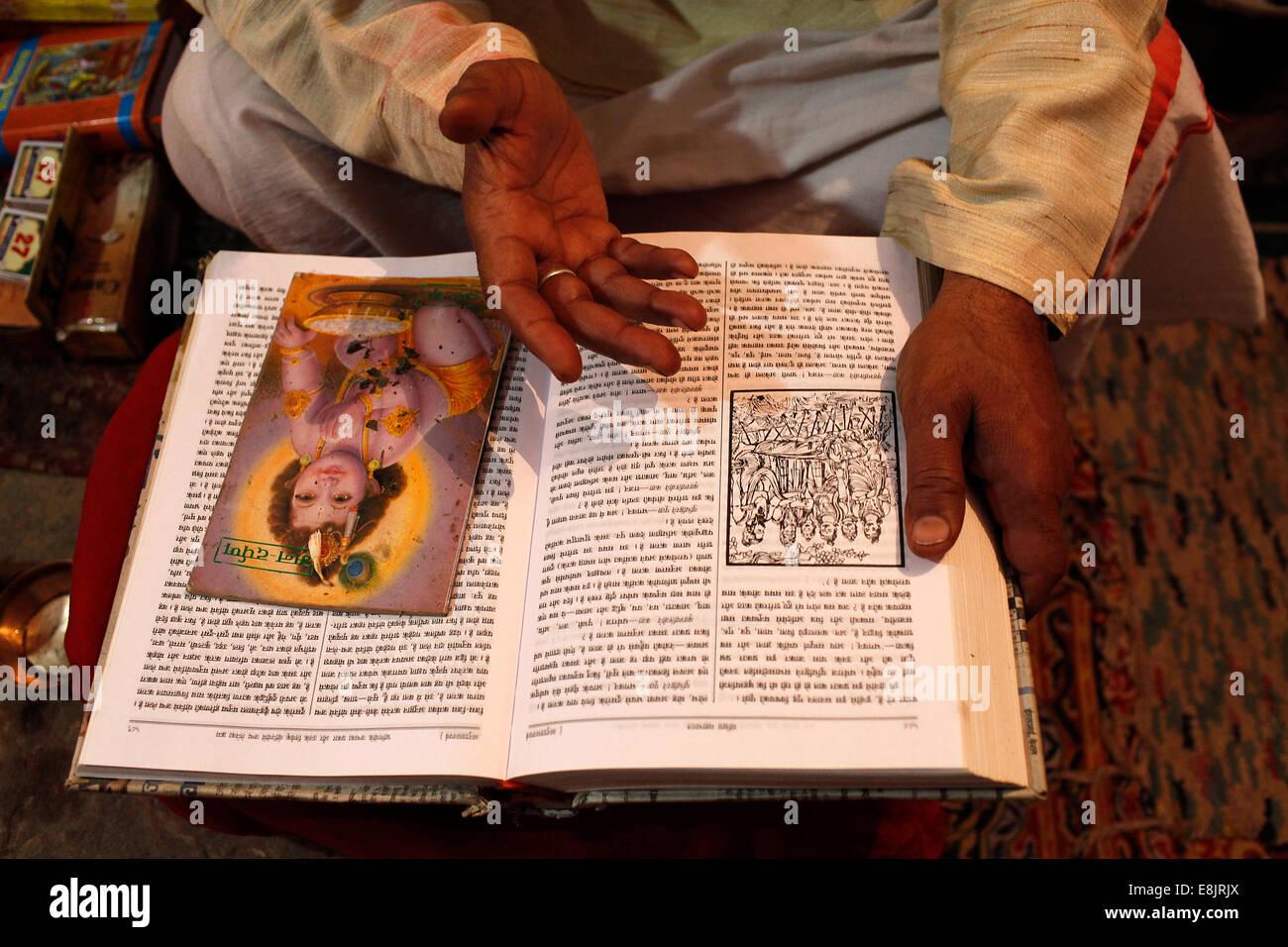 Mathura temple priest reading the Mahabharata - Stock Image