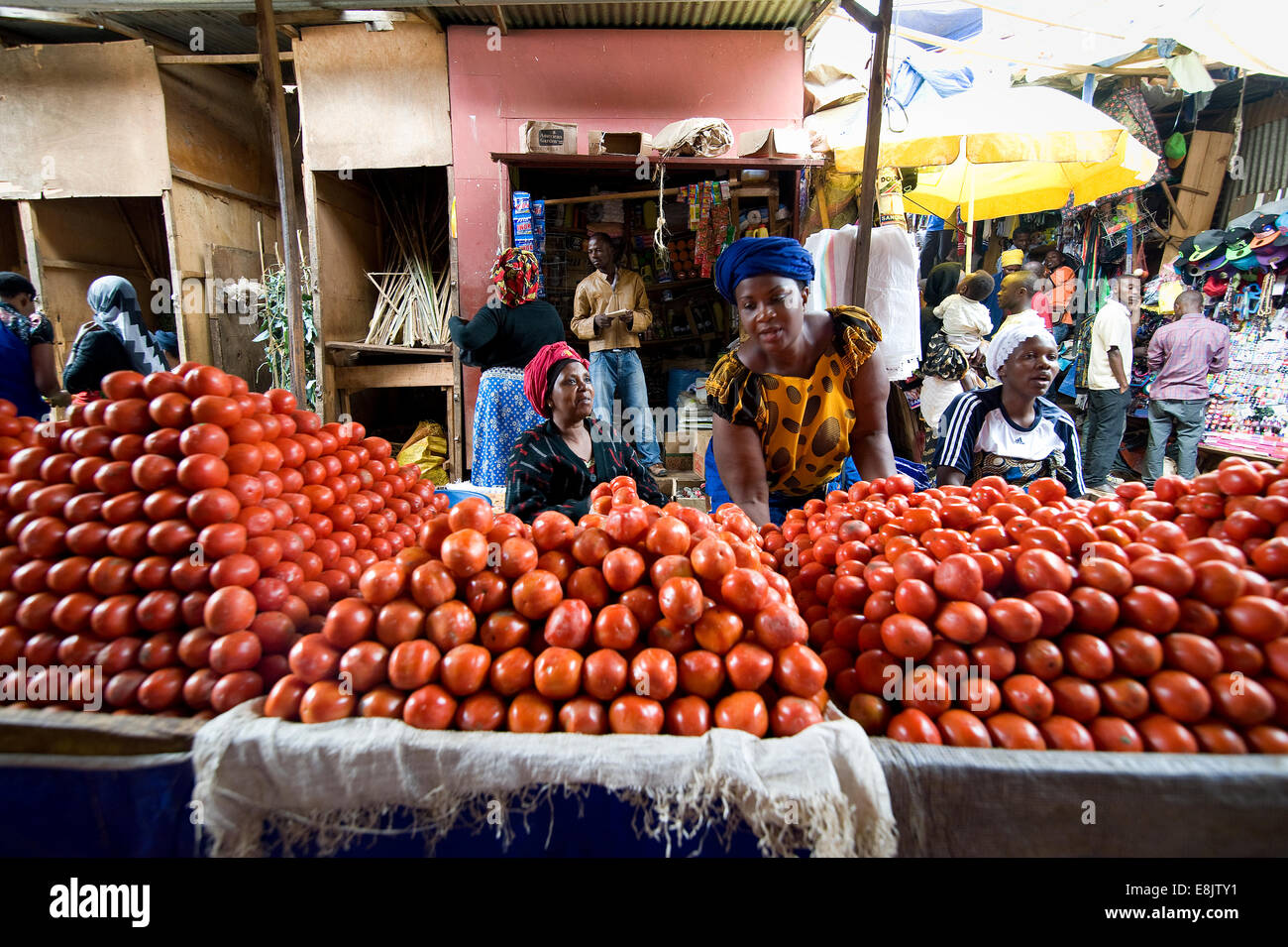 RWANDA, KIGALI: A big market in the capital offers everything: food, clothes, kitchen equipment, herbal medicine. - Stock Image