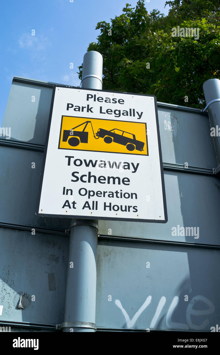 dh  ROADSIGN UK Towaway Scheme road sign illegal parking - Stock Image