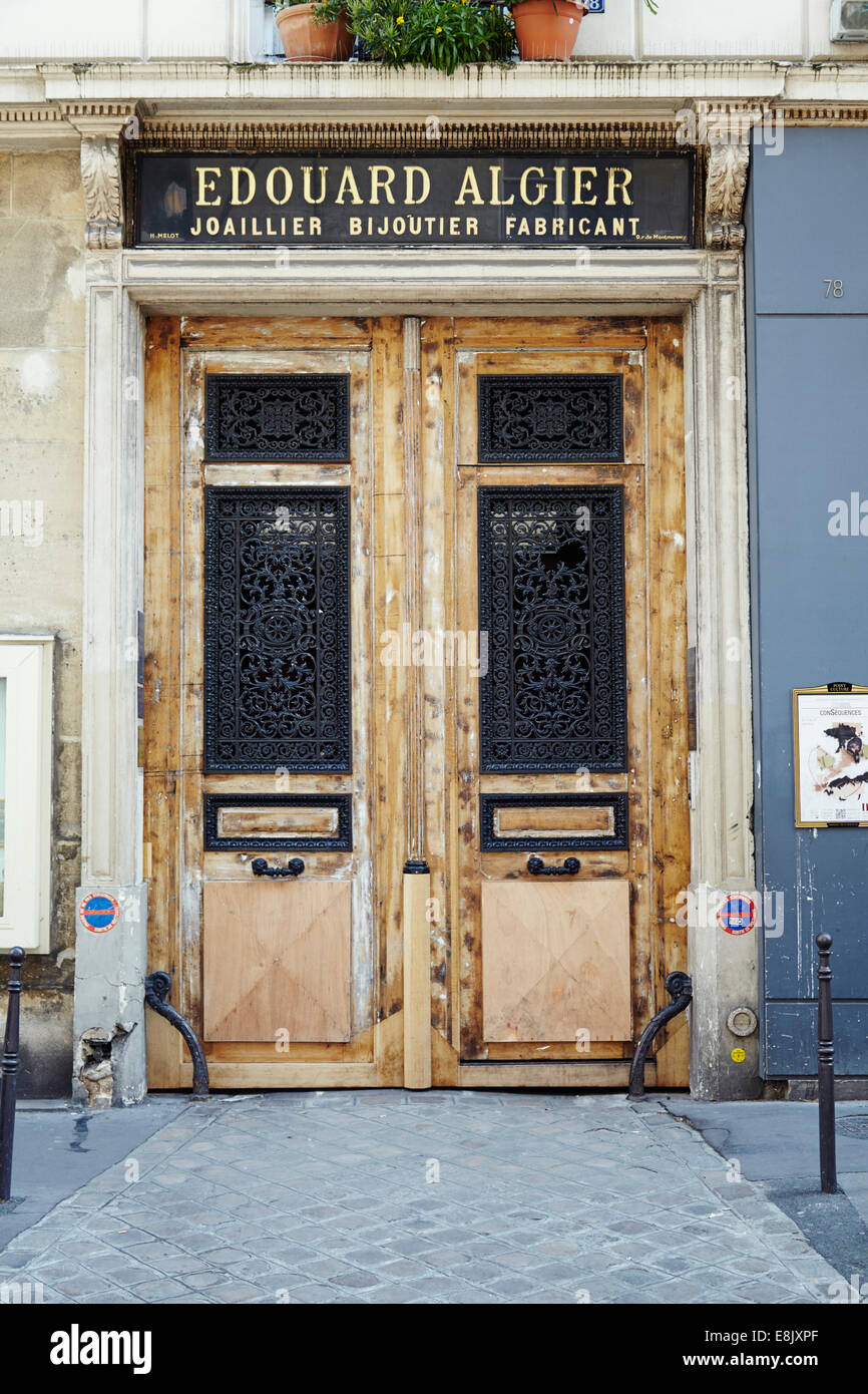 Wooden doorway in Paris - Stock Image