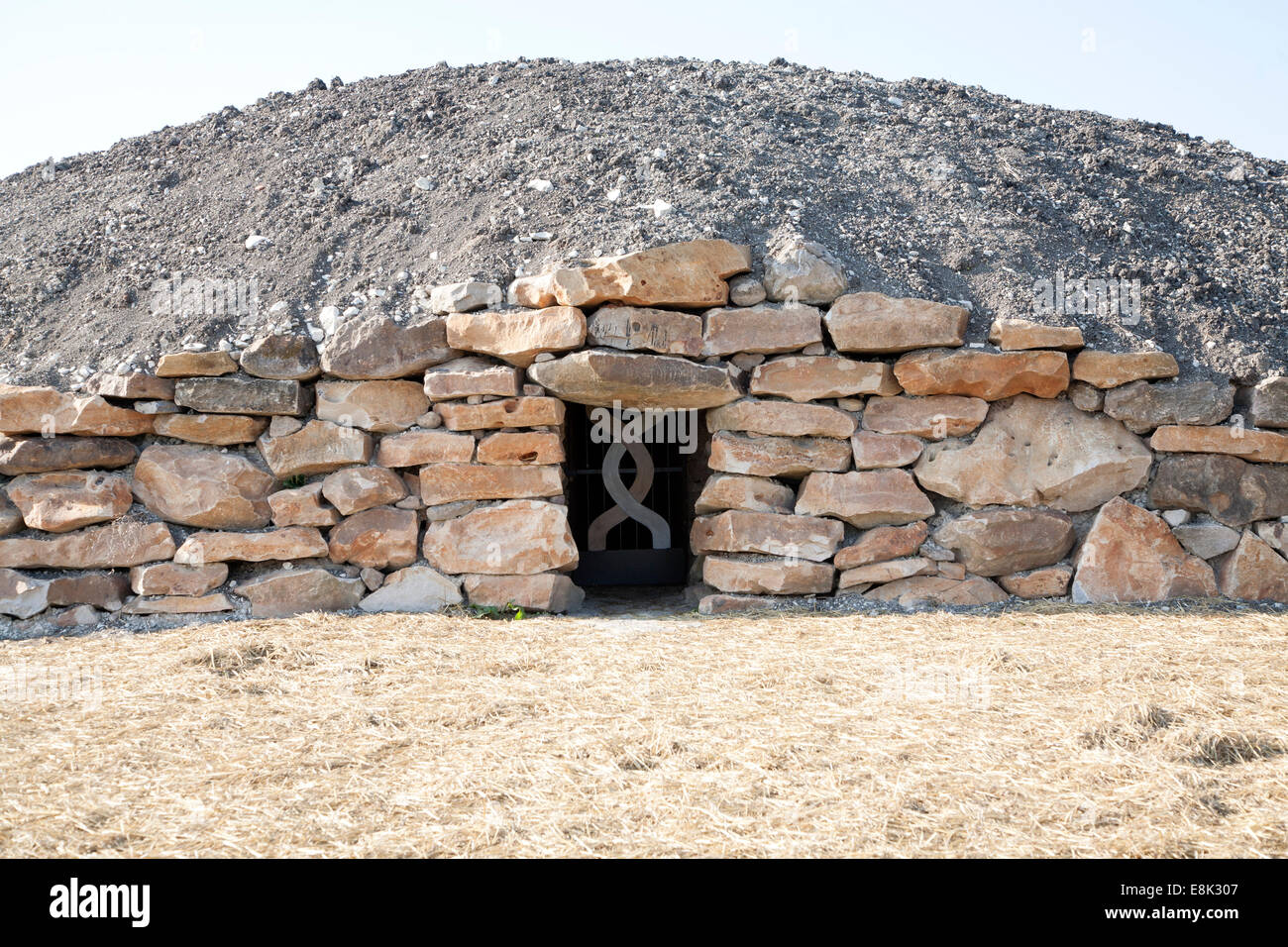 Modern-day neolithic style long Barrow burial chamber for storing cremation urns All Cannings, near Devizes, Wiltshire, - Stock Image