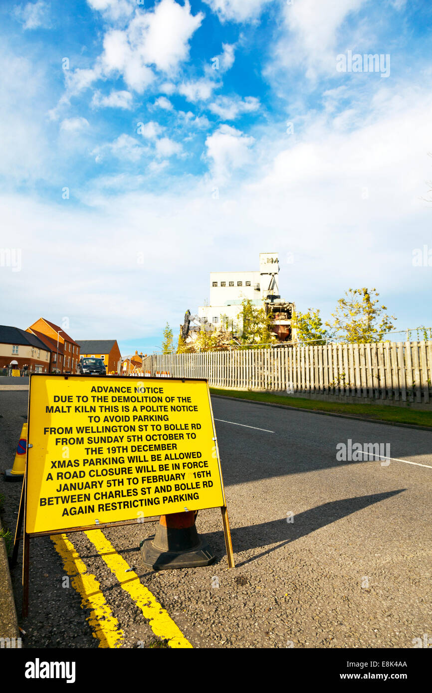 Louth, Lincolnshire, UK. 9th October, 2014. The demolition of Pauls malt kiln in Louth Lincolnshire continues road - Stock Image