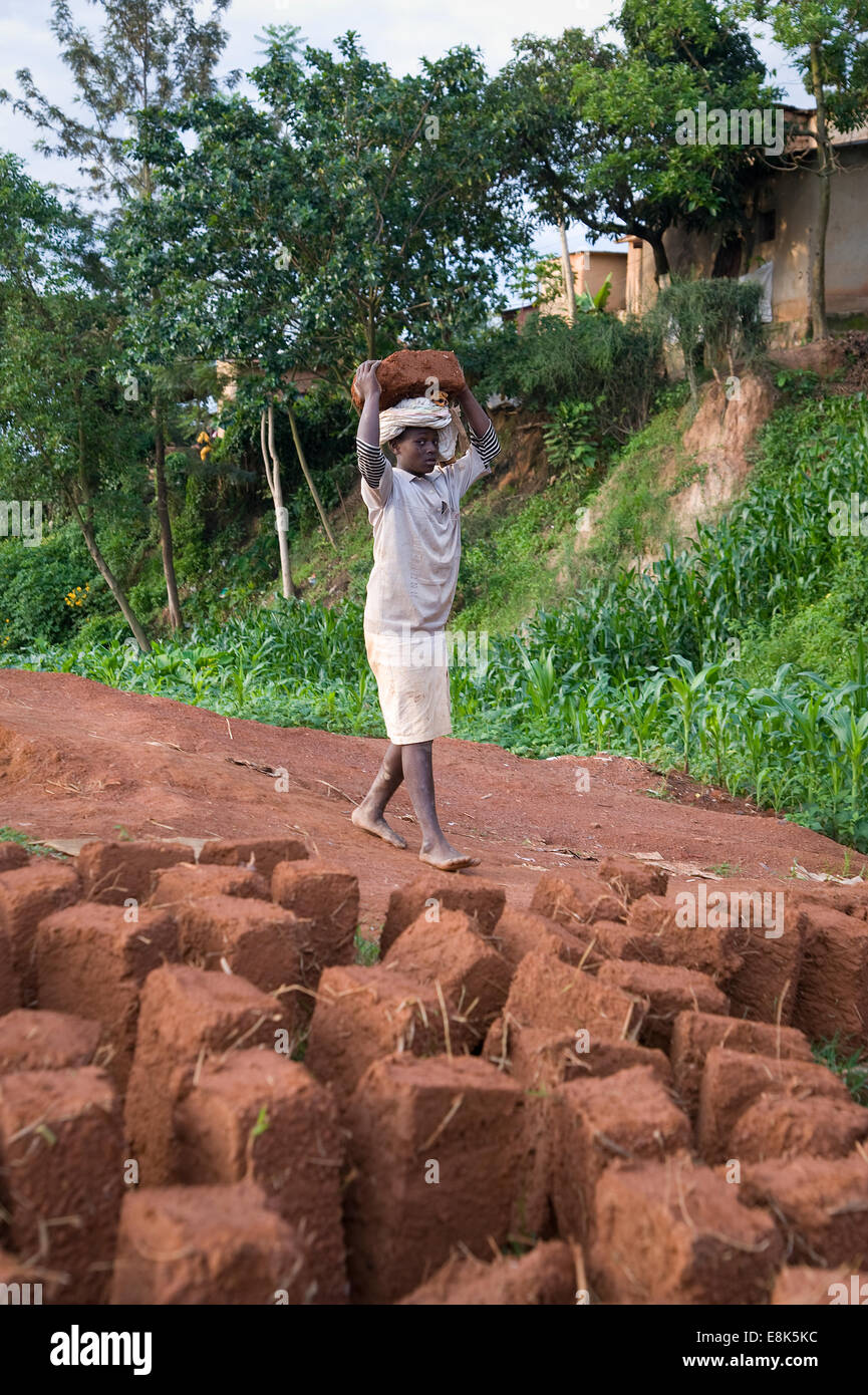 RWANDA, KIGALI: People are making their own mud bricks for building houses. - Stock Image