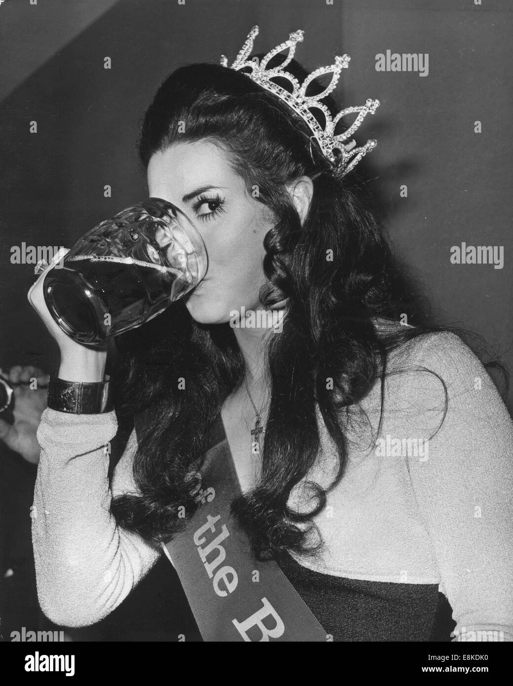 London, UK, UK. 26th Apr, 1971. Barmaid manager WENDY GEORGE of the White Swan in Littleover, Derby, enjoys a pint - Stock Image