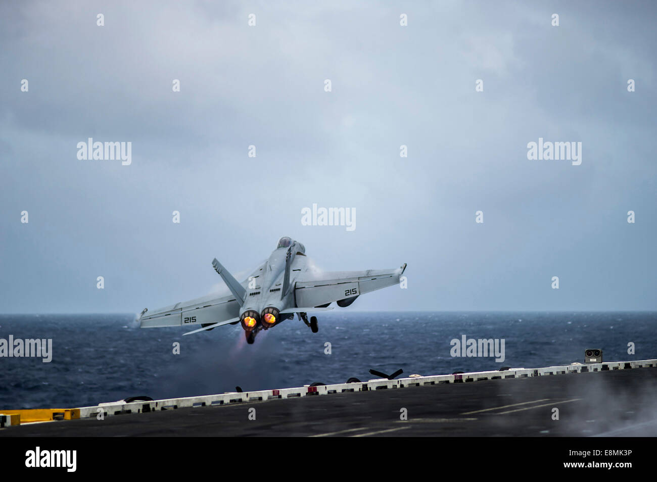 South China Sea, November 5, 2013 - An F/A-18E Super Hornet launches from the aircraft carrier USS George Washington - Stock Image