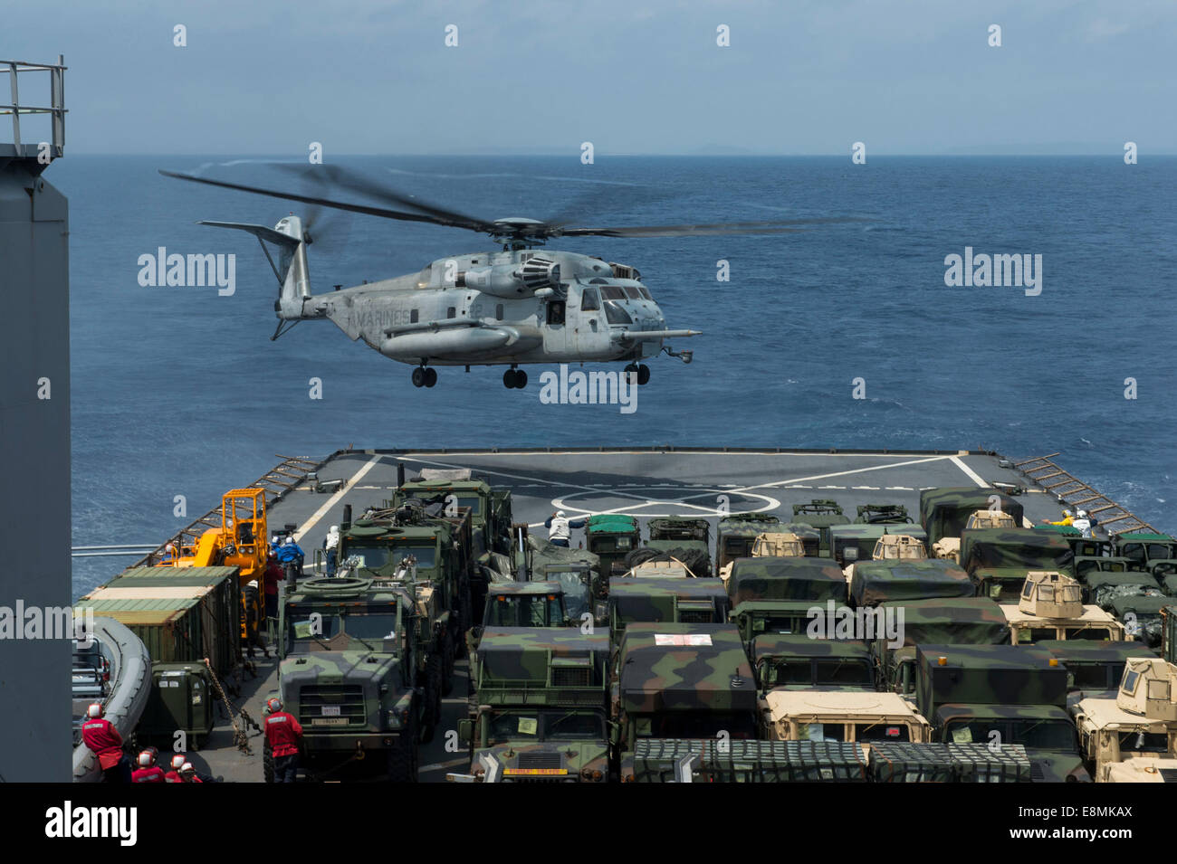 East China Sea, March 18, 2014 - A CH-53E Super Stallion helicopter prepares to land on the flight deck of the Whidbey - Stock Image