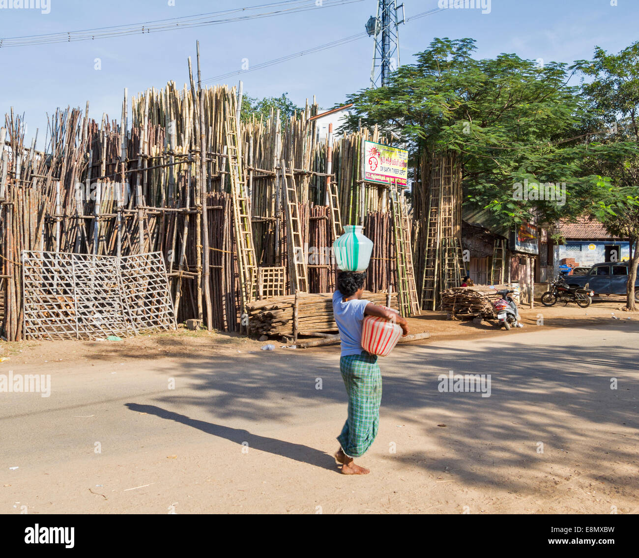 MADURAI INDIA CARRYING A COLOURED WATER POT BALANCED ON THE HEAD - Stock Image