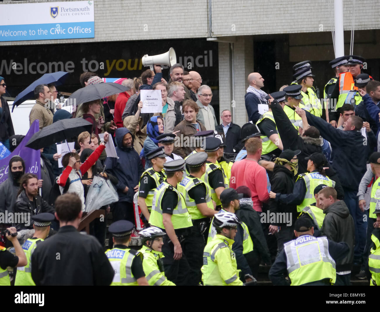 Police form a line to seperate Members of the English Defence League and Anti fascist protestors as both sides face - Stock Image