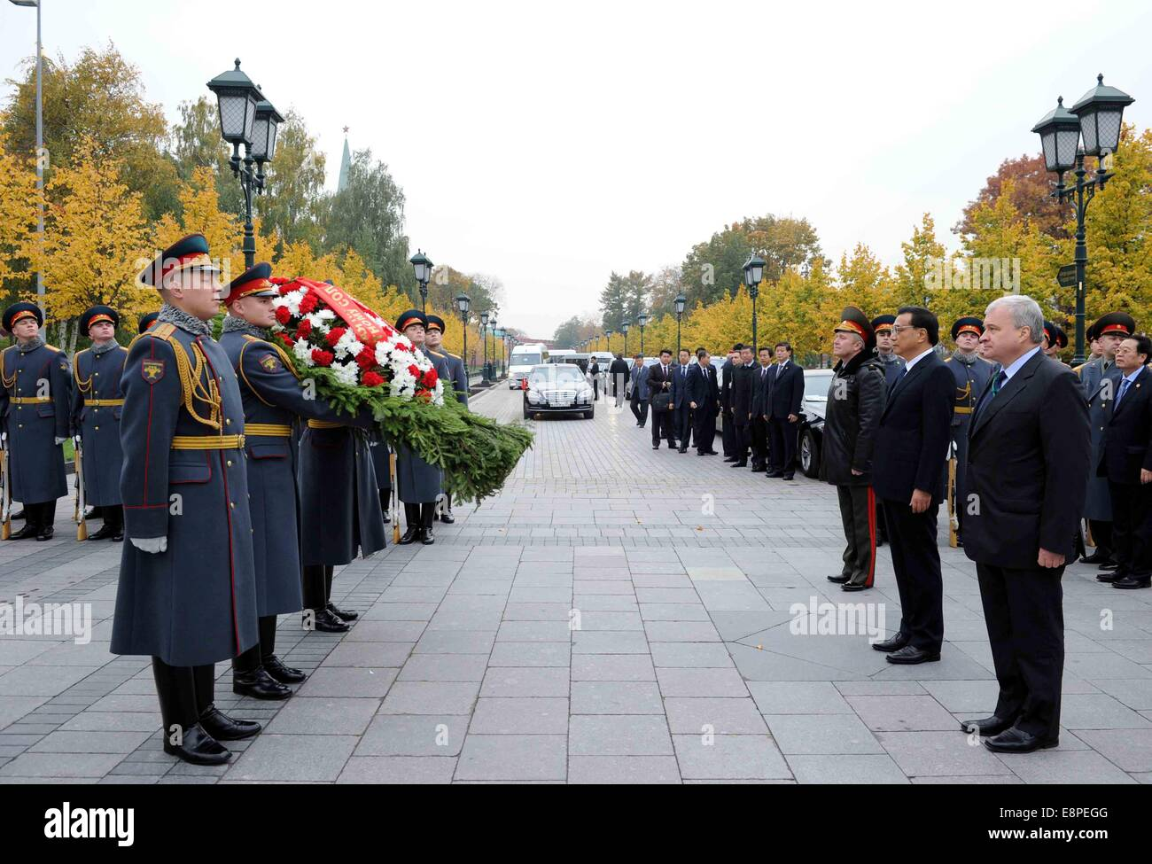 Moscow, Russia. 13th Oct, 2014. Chinese Premier Li Keqiang (2nd R, front) lays a wreath to the Tomb of the Unknown Stock Photo