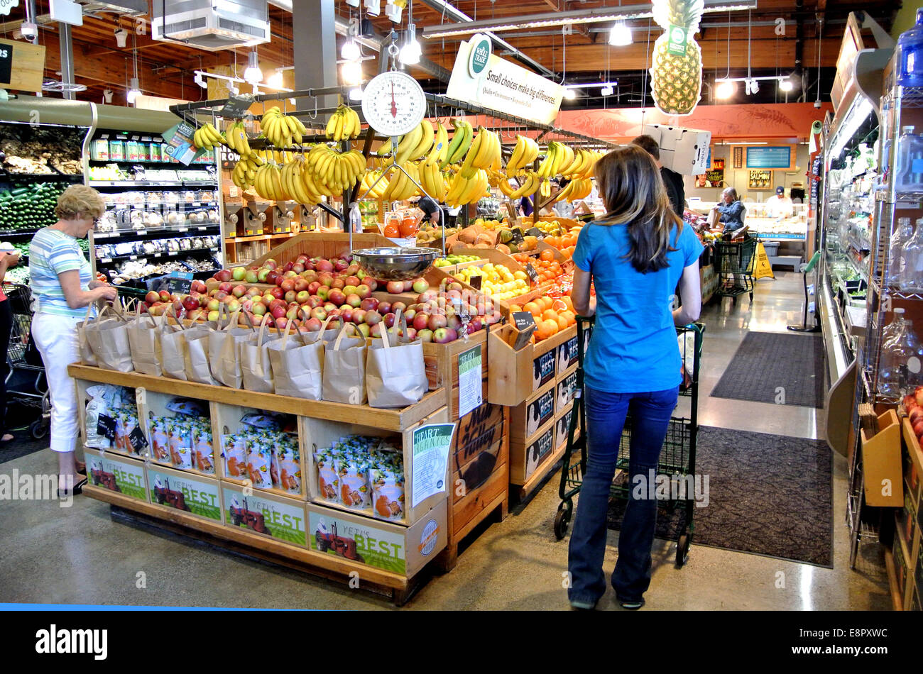 women shopping at whole foods organic grocery store - Stock Image