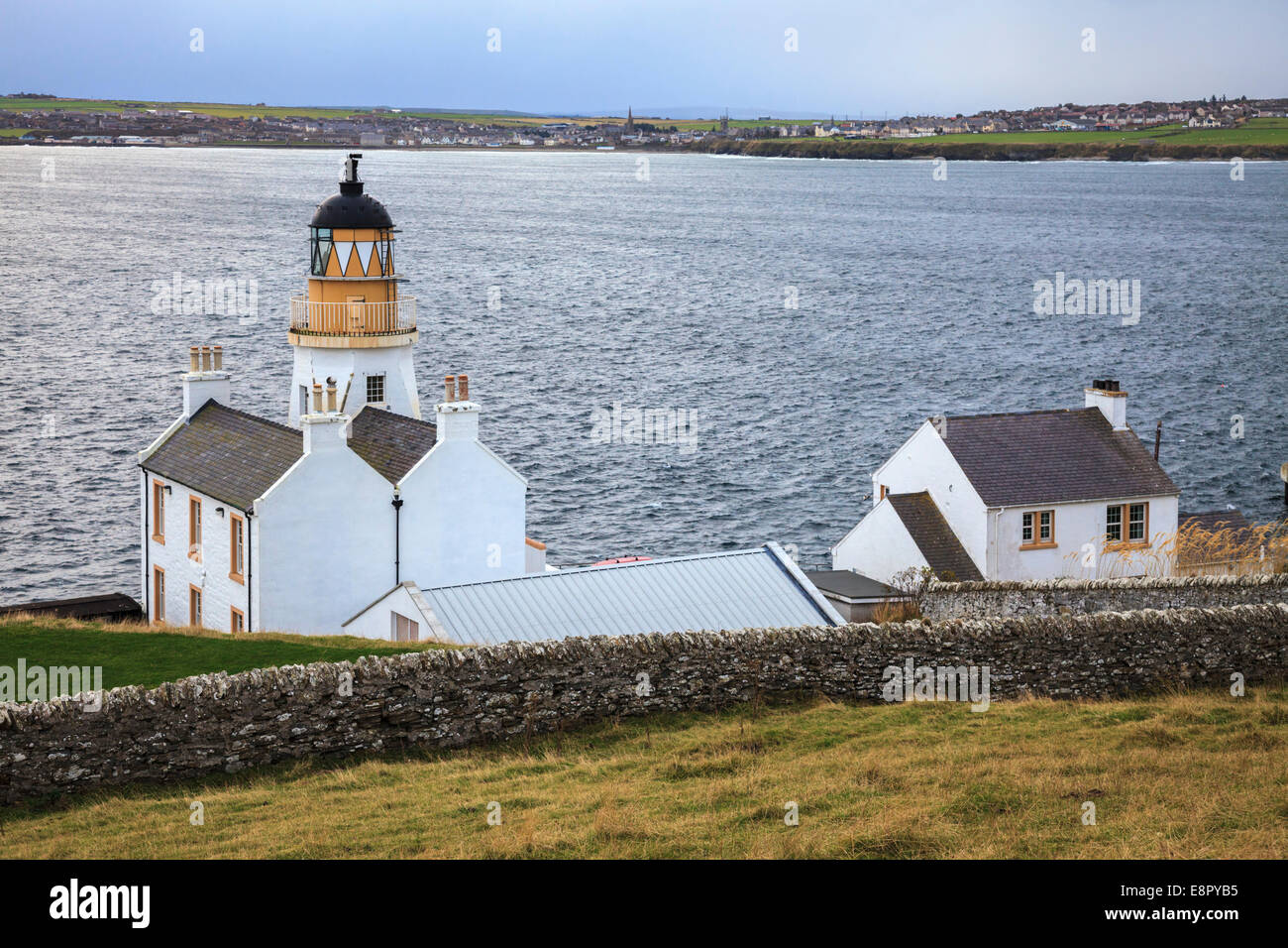 Scrabster Lighthouse near Thurso in northern Scotland - Stock Image