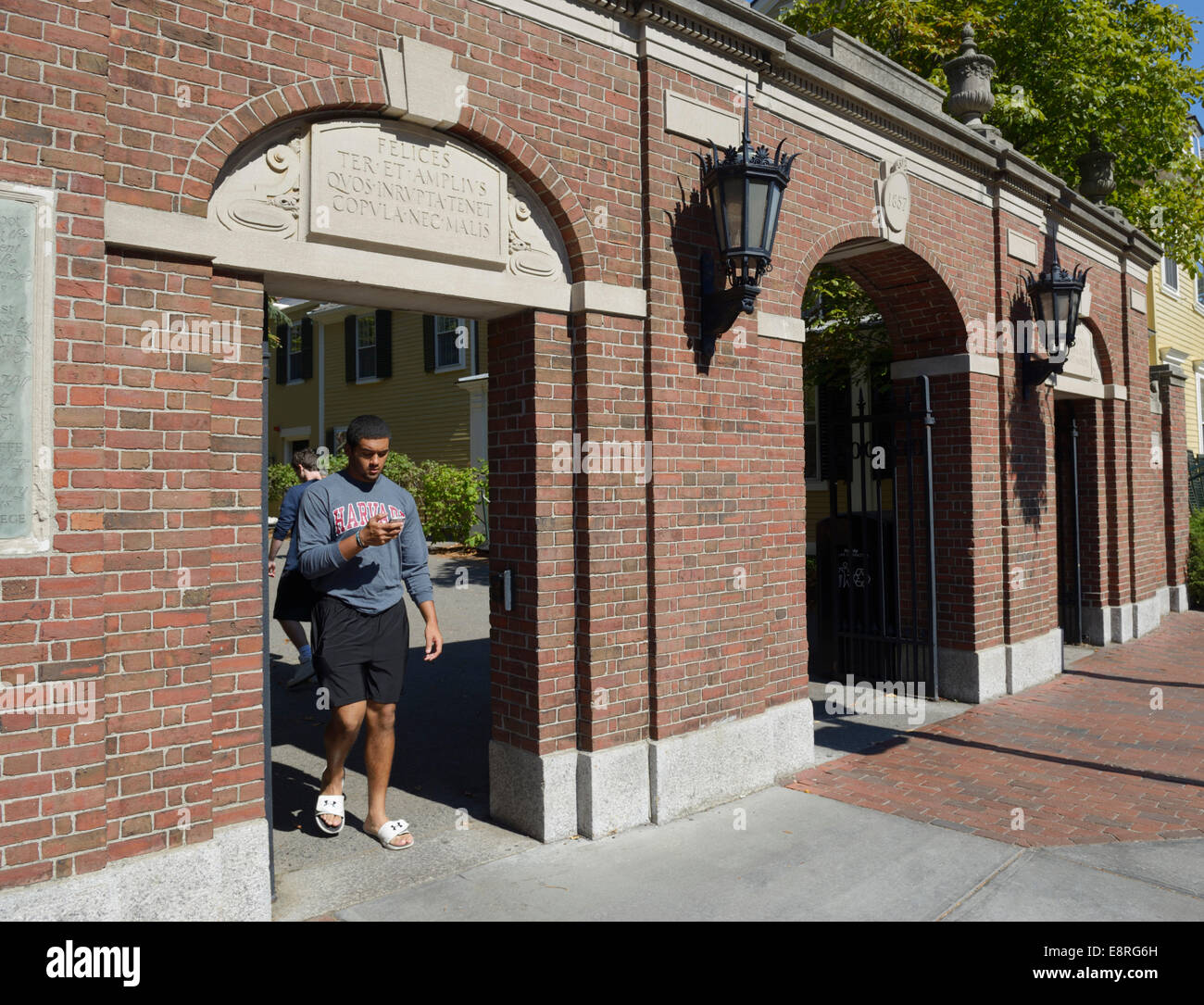 Entrance gates to Harvard College/Harvard University - Stock Image