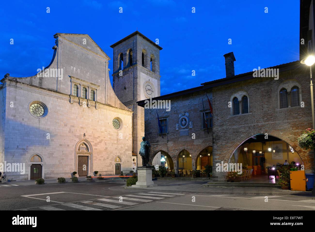 Italia Friuli V.G. Cividale Il Duomo di S. Maria Assunta, il Palazzo Comunale  e la statua di Giulio Cesare   Italy Stock Photo