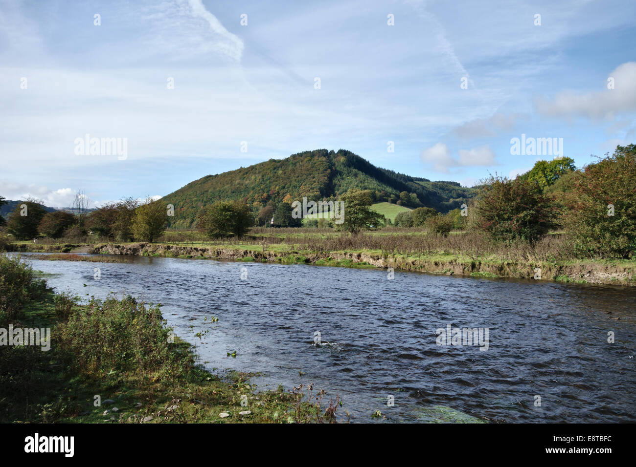 Knighton, Powys, Wales, UK. The River Teme is the boundary between Wales (Powys) and England (Shropshire) - Stock Image