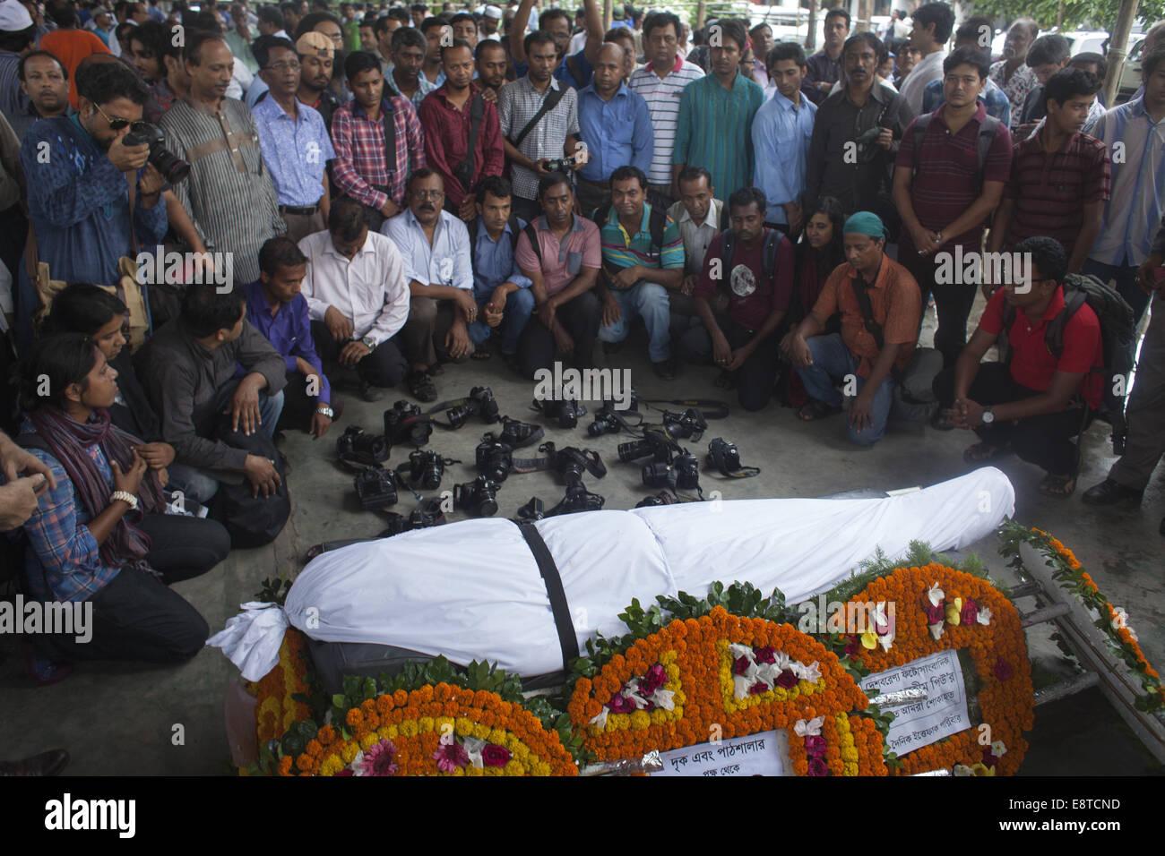 Dhaka, Bangladesh. 14th Oct, 2014. Photojournalists giving honor to photojournalist Azizur Rahim Peu's funeral - Stock Image