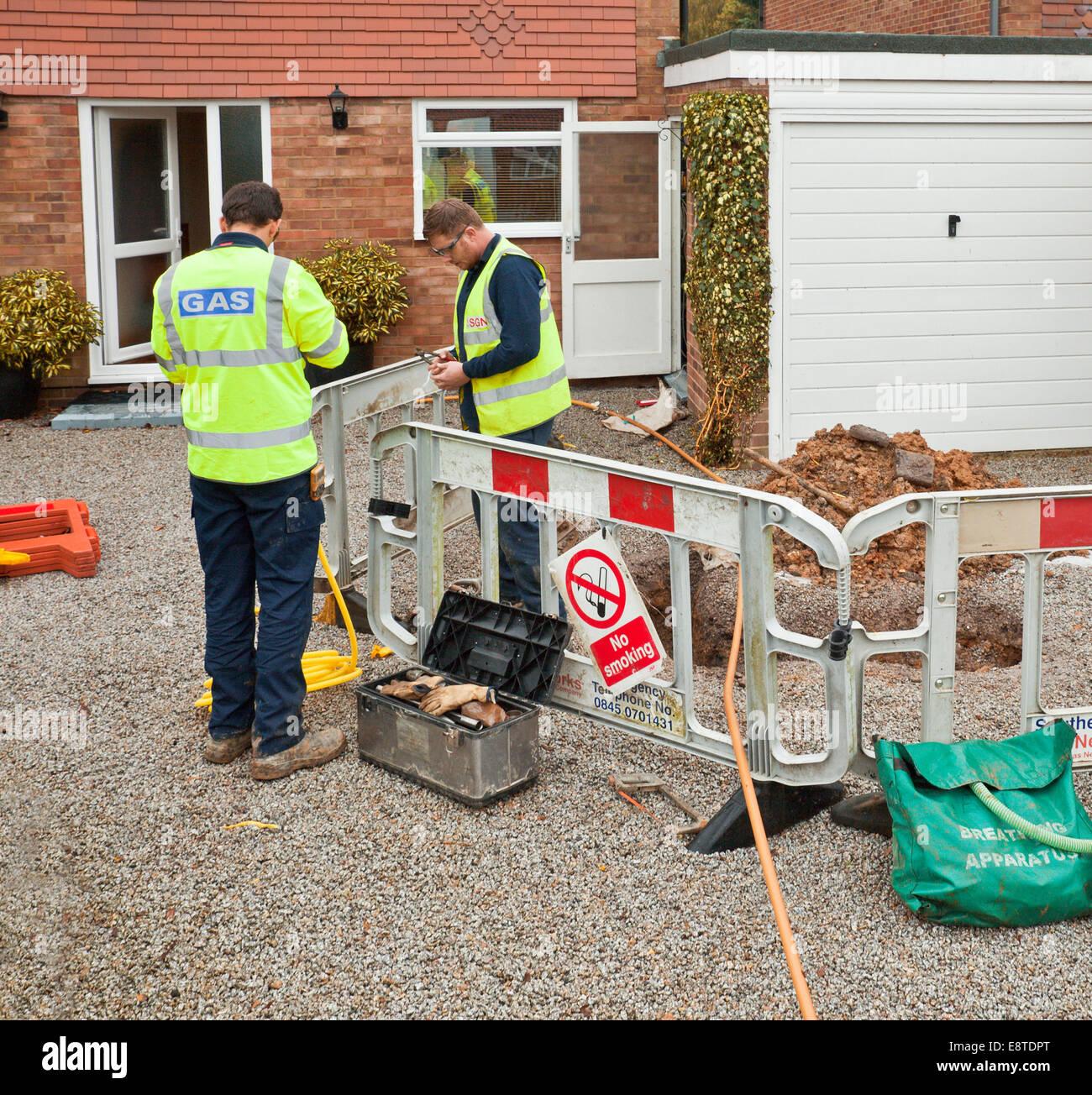 Engineers repairing a domestic gas leak. - Stock Image