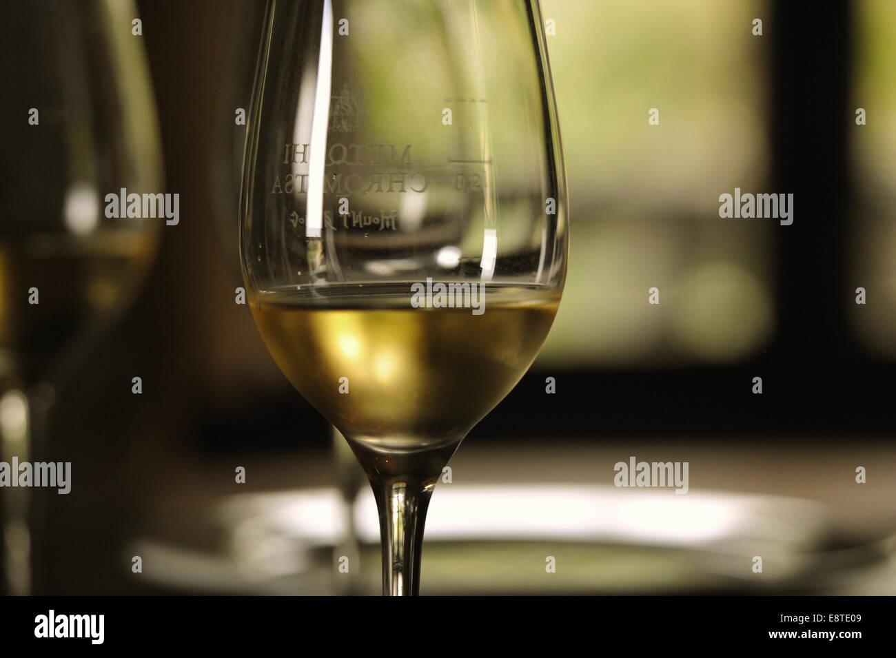 Weißwein mit Gedeck, Chalkidiki, Griechenland. - Stock Image