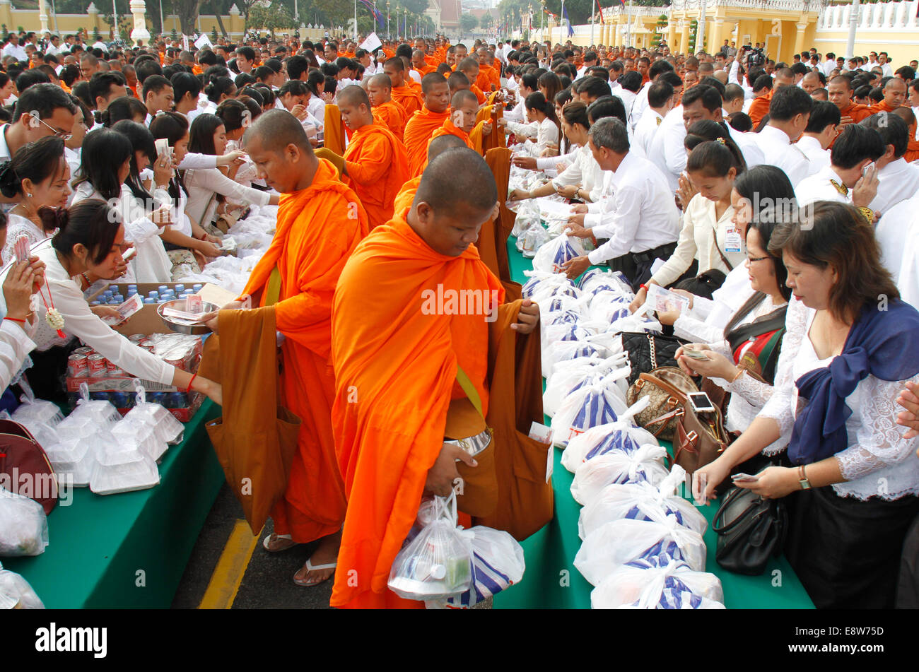 Phnom Penh, Cambodia. 15th Oct, 2014. People give alms to monks during the ceremony marking the 2nd anniversary - Stock Image