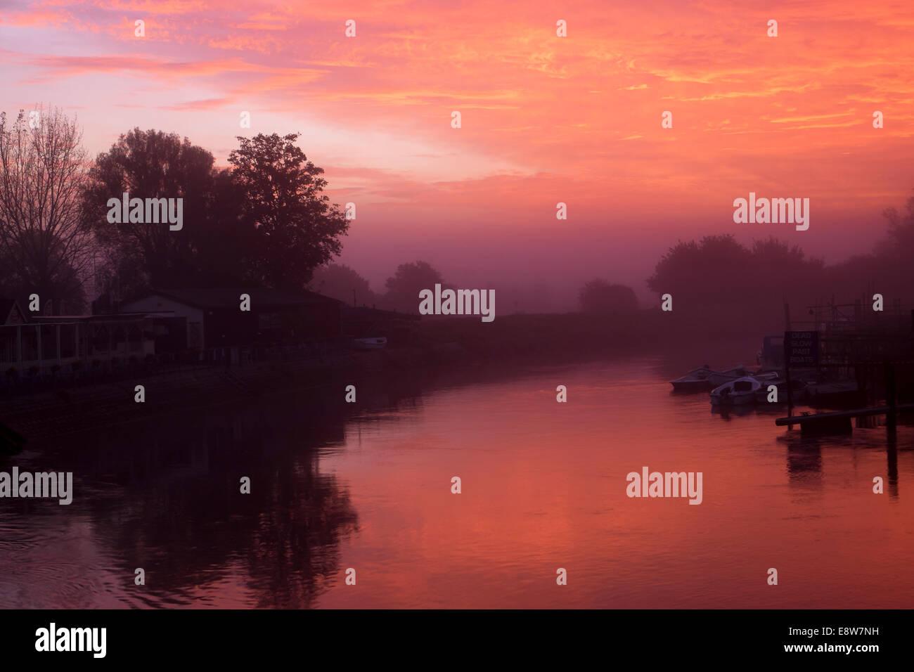 Arundel, West Sussex, UK. Wednesday 15th October, 2014. UK Weather: Arundel wakes to a glorious sunrise over the Stock Photo