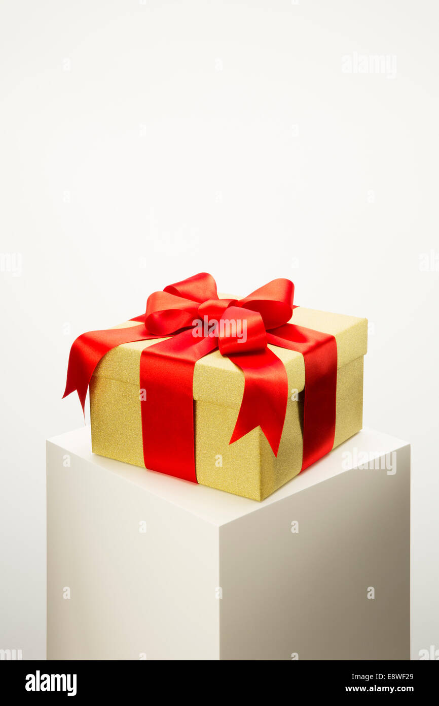 Close up of wrapped gift on pedestal - Stock Image