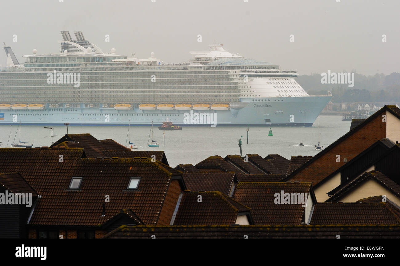 Southampton, UK. 15th Oct, 2014. The Worlds biggest cruise liner Oasis of The Seas arrives in the city of Southampton Stock Photo