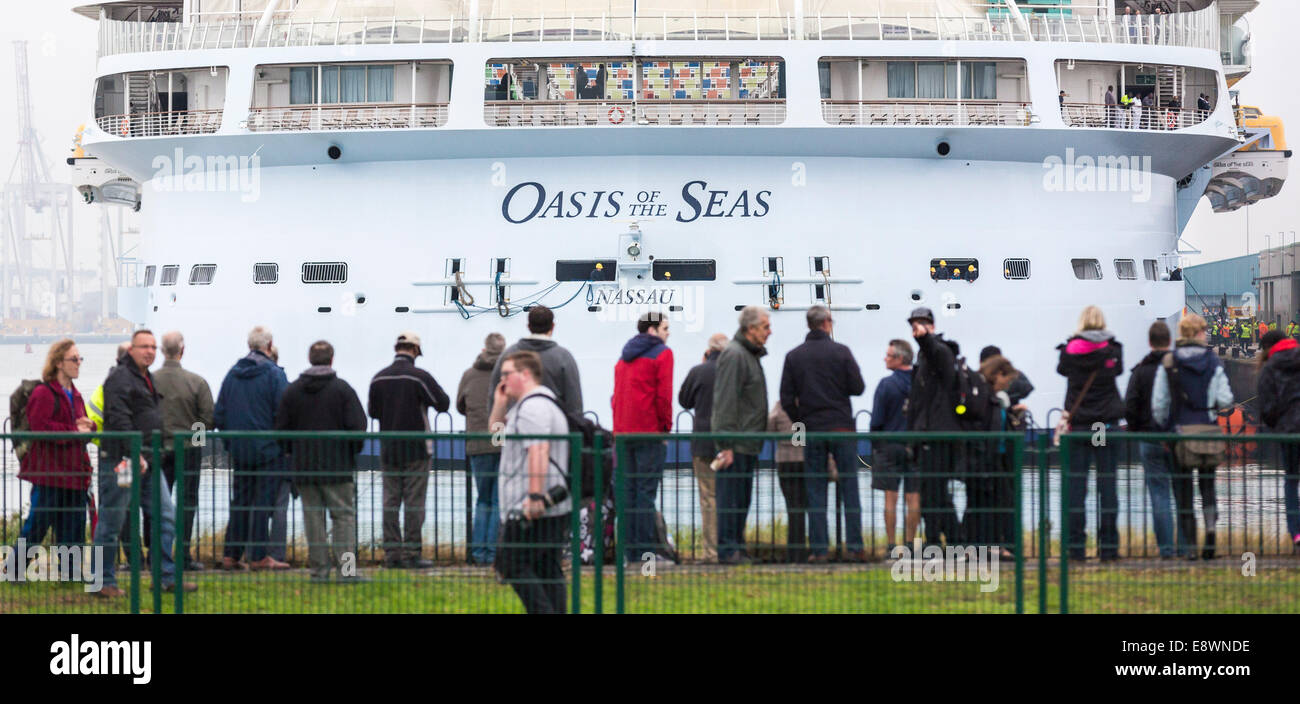 Ship spotters gather to see the world's largest cruise ship, Oasis of the Seas arrive in Southampton for a short - Stock Image