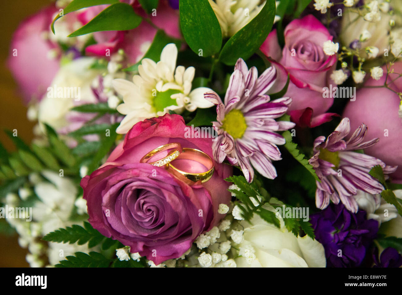 Wedding flowers pink and white with wedding rings - Stock Image