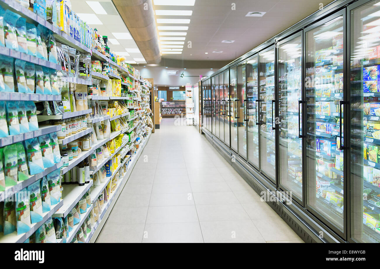 Empty aisle in grocery store - Stock Image
