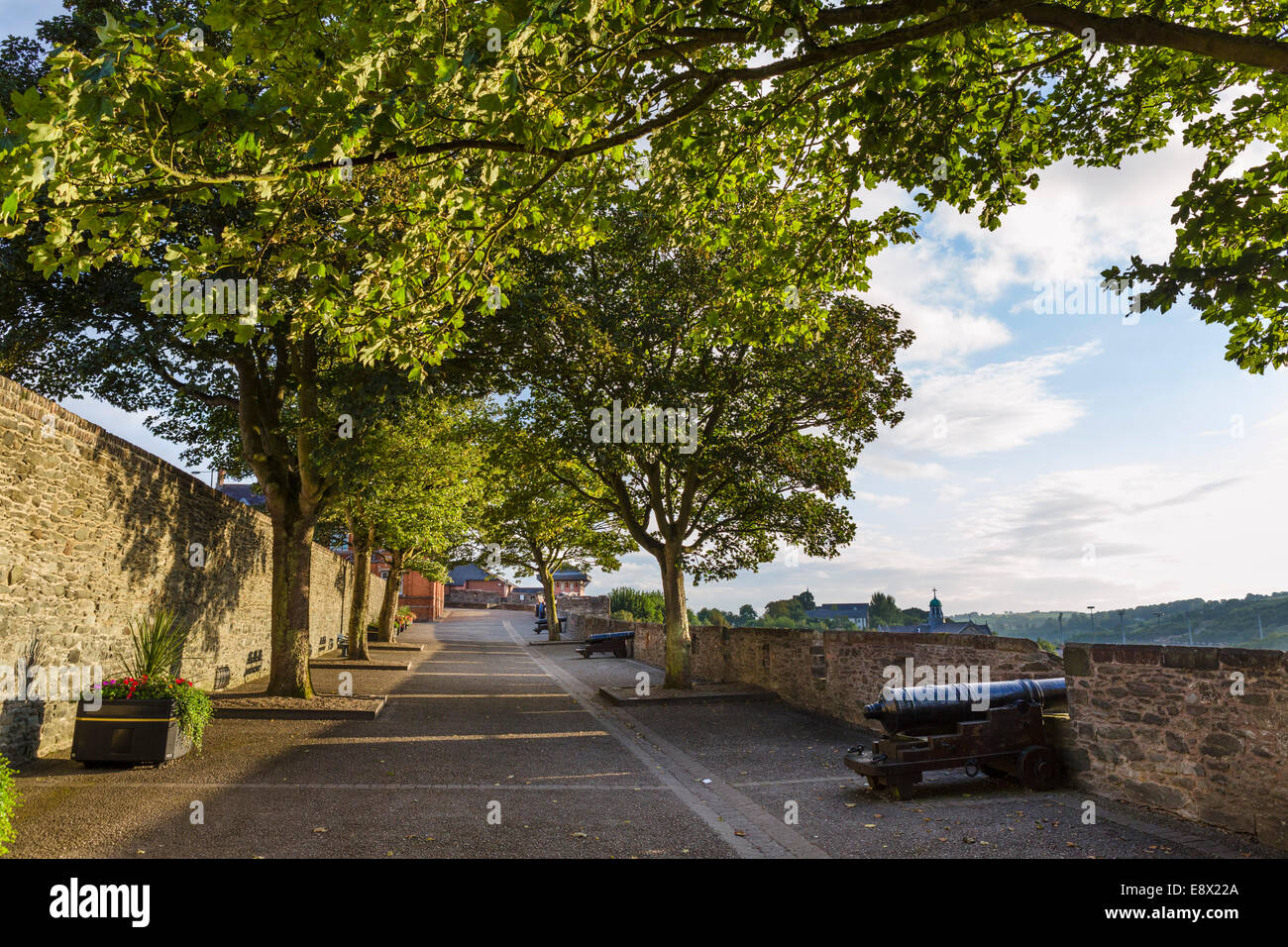 The old city walls in the early evening, Derry, County Londonderry, Northern Ireland, UK - Stock Image